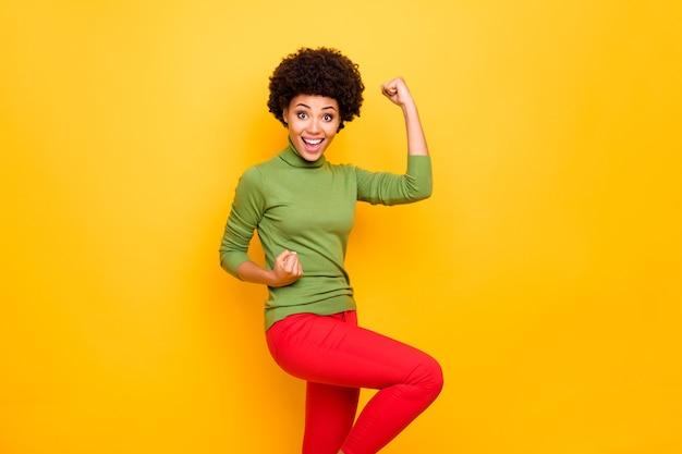 Ritratto trasformato di donna estatica allegra eccitata felicissima in pantaloni rossi che sorride gioiosamente a trentadue denti nel venerdì nero in arrivo.