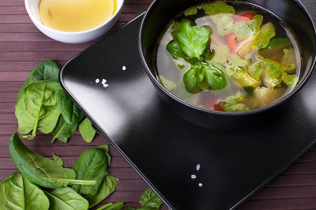 Zuppa di verdure alla toscana con pesto di basilico in piastra nera