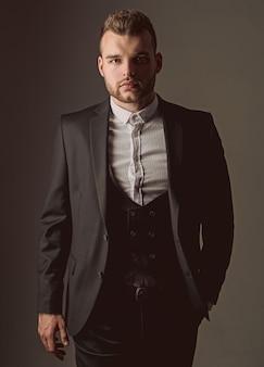 Uomo smoking. moda uomo moderno. uomo in camicia da completo classica ambizione e individualità, successo. uomo d'affari nel lavoro.