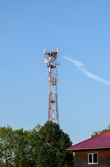 Torre della radio tv in città, città moderna verde. trasmissione di segnali a diverse parti del paese. torre della radio tv in città, città moderna verde. trasmissione