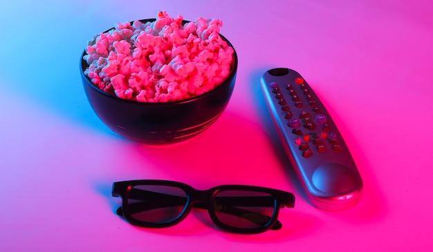 Telecomando della tv, occhiali 3d e una ciotola di popcorn