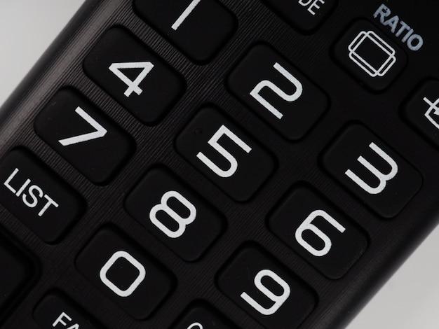 Telecomando tv, pulsanti di primo piano, parti del telecomando colorate.