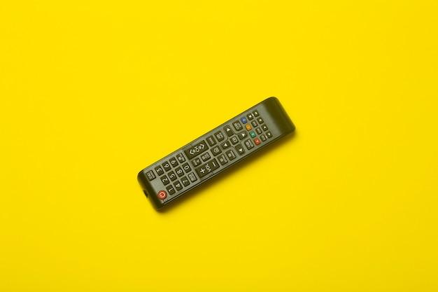 Telecomando della tv su un colore giallo