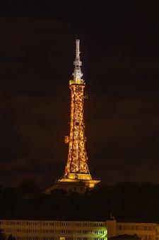 La torre della televisione de fourviere a lione, in francia durante la notte