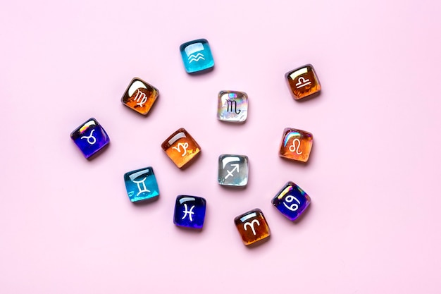 Dodici segni zodiacali piatti laici isolati