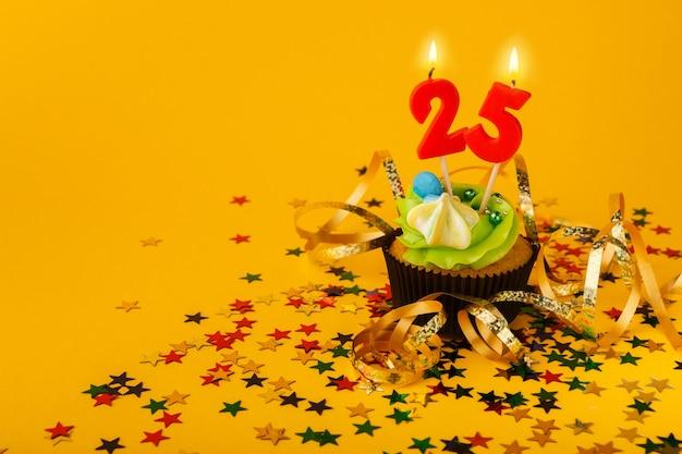Cupcake per il venticinquesimo compleanno con candela e codette sprinkle