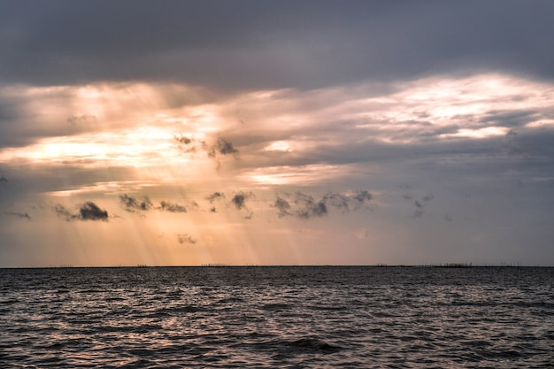 Crepuscolo presso la spiaggia di bangsaen, provincia di chonburi, thailandia.