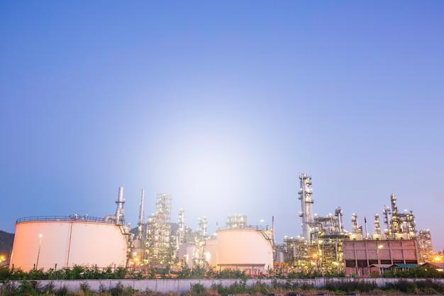 Scena crepuscolare dell'impianto di raffineria di petrolio del serbatoio e della colonna della torre dell'industria petrolchimica nella luce del sole della costruzione del sito