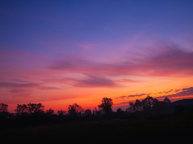 Sfondo del cielo al crepuscolo con cielo colorato sullo sfondo del crepuscolo