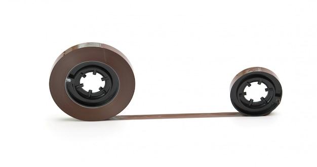 Nastro magnetico attorcigliato isolato su sfondo bianco