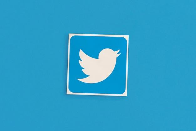 Logo di twitter su sfondo rosa