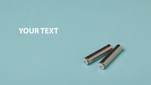 Due batterie aa. fonte di alimentazione ricaricabile. Foto Premium