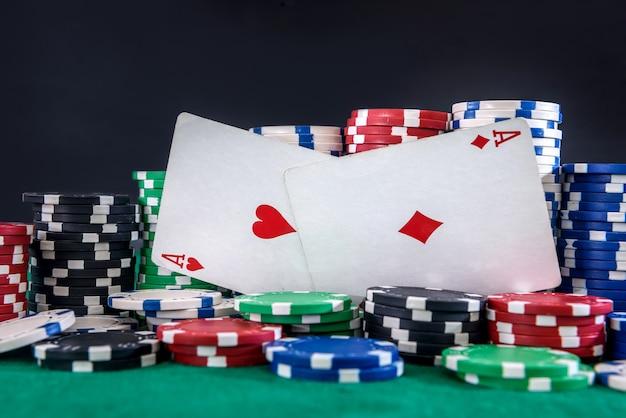 Due assi e fiches da poker sul tavolo da vicino