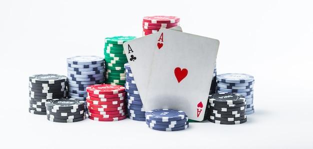 Due assi e fiches da poker