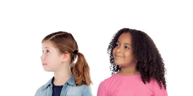 Due adorabili ragazze che pensano a qualcosa