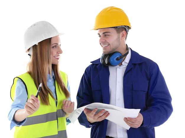 Due architetti al lavoro isolati su bianco