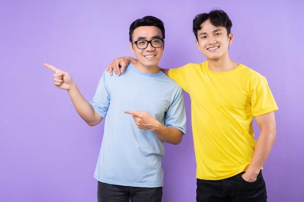 Due fratelli asiatici in posa su sfondo viola