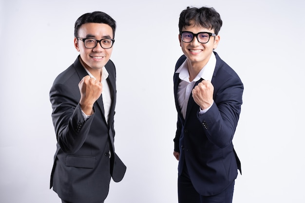 Due uomini d'affari asiatici in posa su sfondo bianco