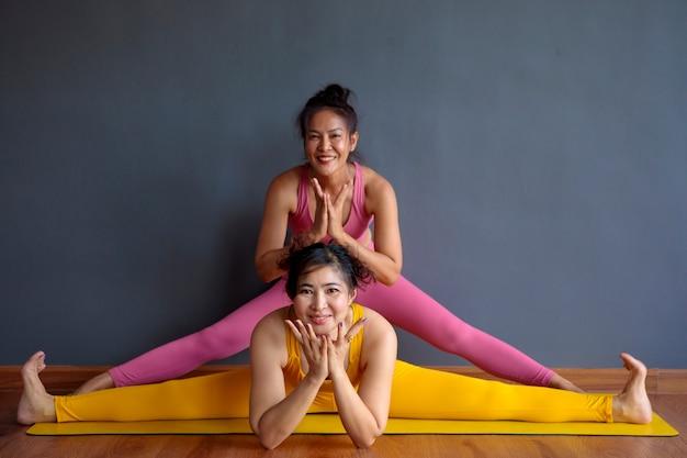 Donna asiatica due che fa posa di yoga