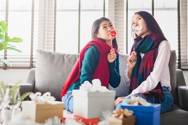 Due migliori amiche asiatiche delle donne divertendosi insieme durante il nuovo anno