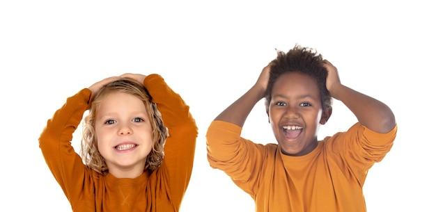 Due bambini stupiti con un'espressione divertente isolata su un bianco