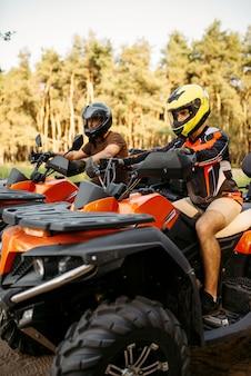 Due motociclisti atv prima del viaggio nella foresta estiva