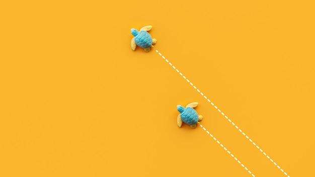 Due tartarughe del bambino sulla velocità della spiaggia che si spostano verso il mare. situazione aziendale e idee di concetti animali.