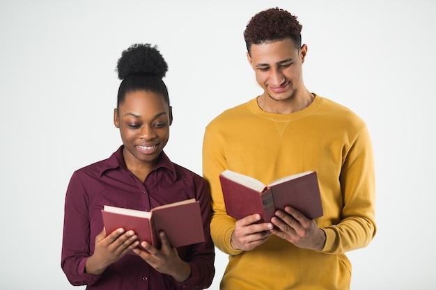 Due belle persone africane uomo e donna con i libri