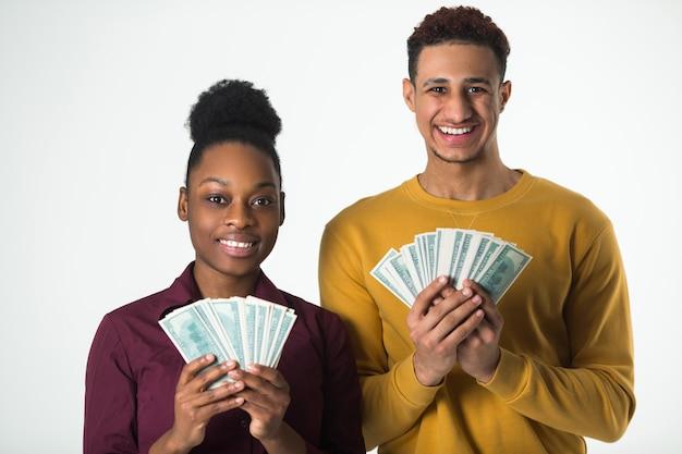 Due belle persone africane con i dollari