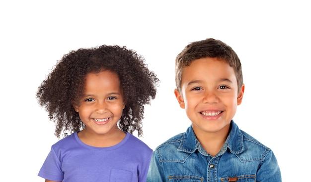 Due bei bambini che esaminano macchina fotografica isolata su un bianco