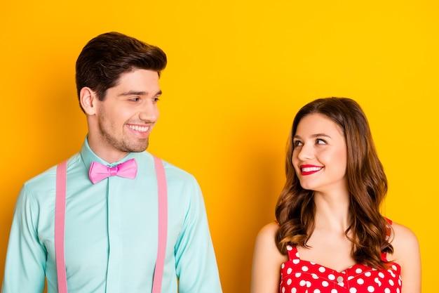 Due belle persone signora bel ragazzo con i denti sorridenti coppia del ballo di fine anno