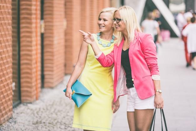 Due belle donne in città