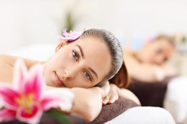Due belle donne si fanno massaggiare nella spa