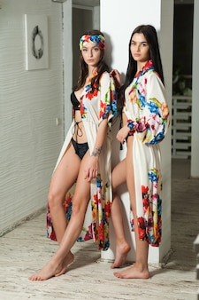 Due belle giovani donne in un pareo da spiaggia all'interno del resort bianco