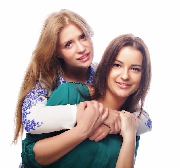Due ragazze di bellezza hipster in posa