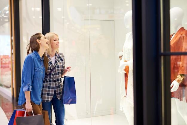 Due migliori amici a fare shopping