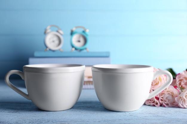 Due tazze di ceramica vuote su un tavolo di legno