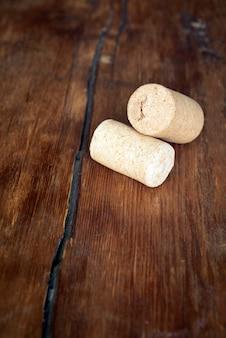 Due tappi per vino vuoti sul tavolo di legno vintage