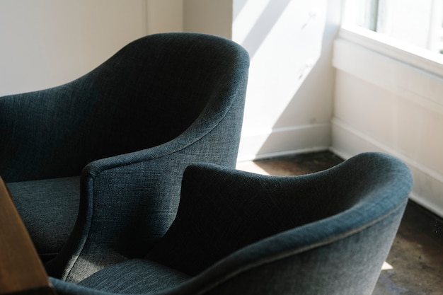 Due sedie blu in un soggiorno