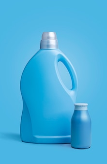 Due bottiglie di plastica trasparente blu, senza etichette, su sfondo blu.
