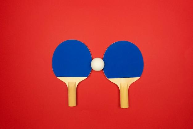 Due racchette da ping pong blu sono pronte per le gare di pingpong