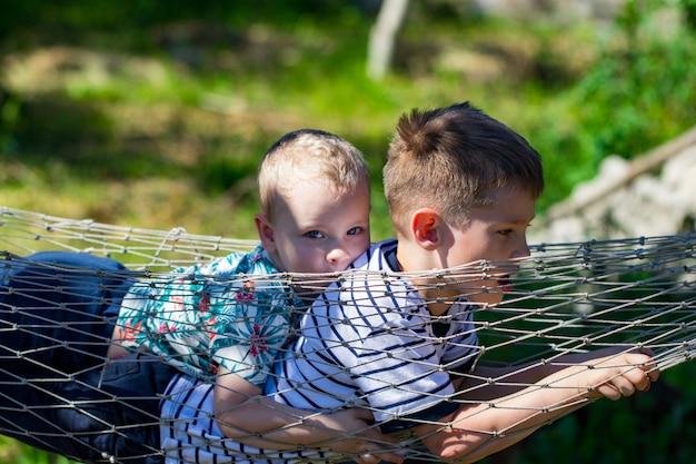 Due ragazzi su un'amaca in giardino.