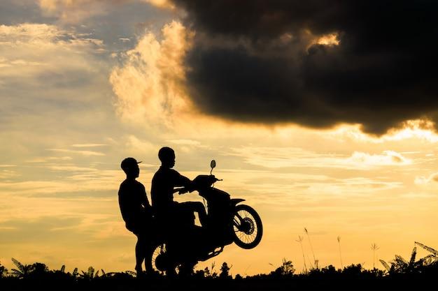 Due ragazzi in sella a una moto