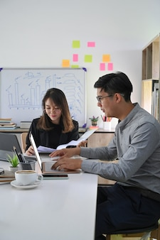 Due colleghi di lavoro si incontrano per la pianificazione di un nuovo progetto in un ufficio moderno.