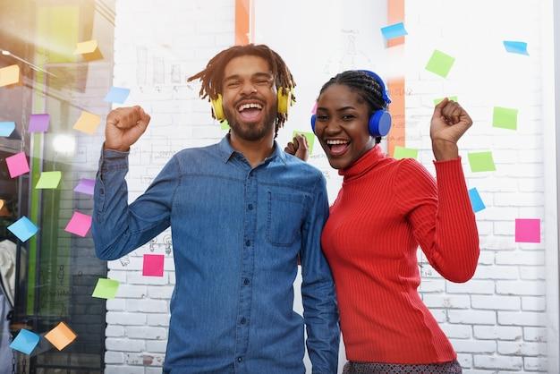 Due aziende ascoltano musica in ufficio