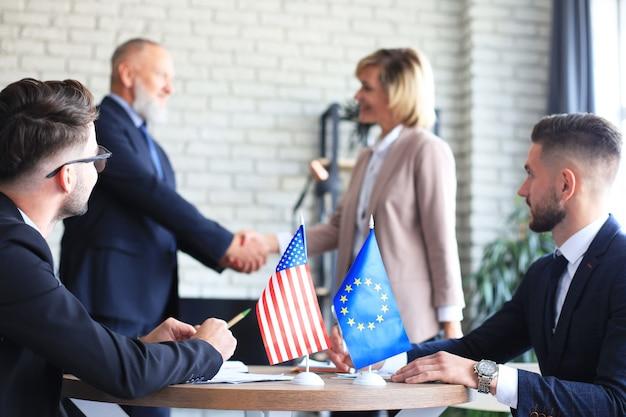 Due soci in affari che si stringono la mano. l'unione europea gli stati uniti d'america.
