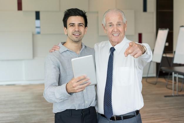 Due uomini d'affari che pubblicizzano corsi di formazione