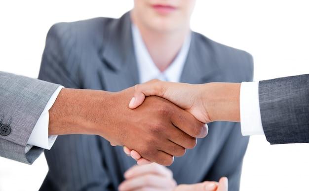 Due uomini d'affari che cloing un affare