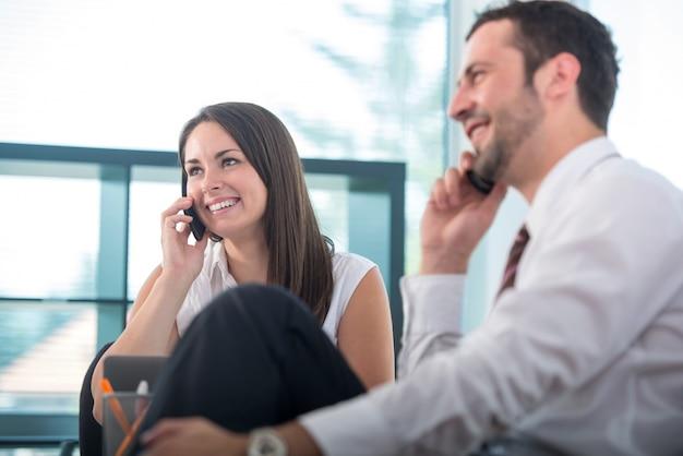Due uomini d'affari con i telefoni