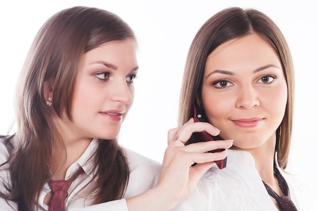 Due donne d'affari su sfondo bianco.